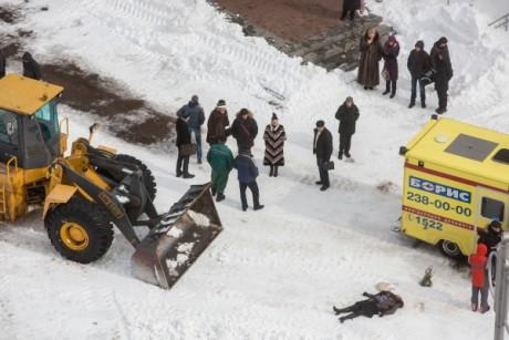 В Киеве под колесами снегоуборочного трактора погибла женщина