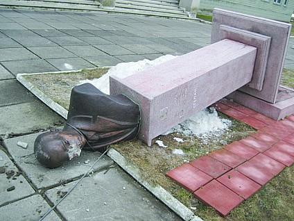 На Львовщине неизвестные надругались над памятником Степану Бандере