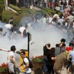 К протестам в Турции присоединились фанаты и феминистки