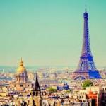Туристов в Париже столько, что в очереди к Эйфелевой башне стоят по три часа